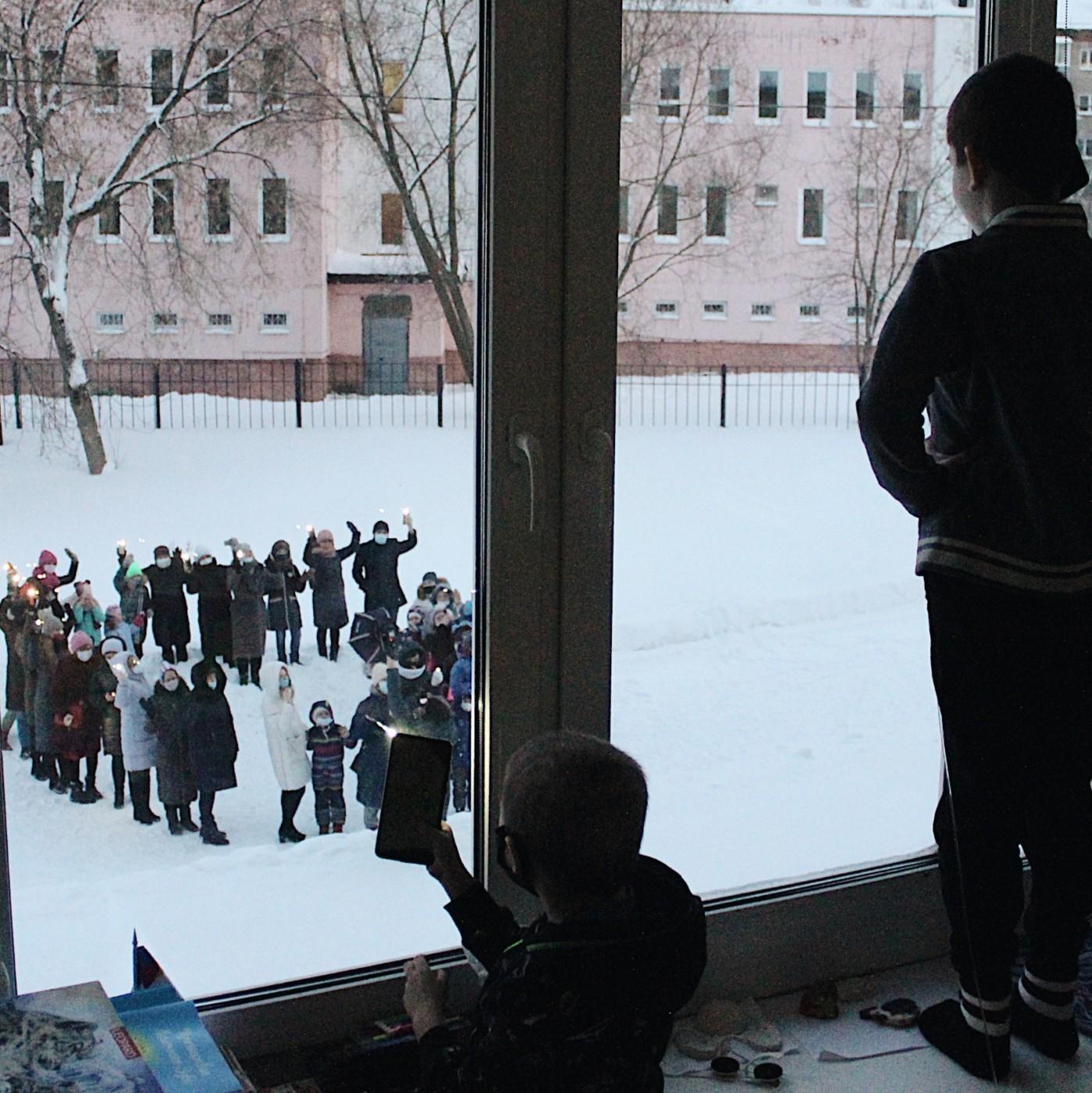 Флешмоб под окнами онкоцентра