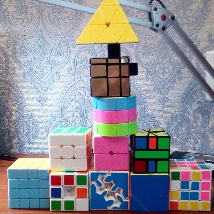 Ярослав обожает собирать кубик Рубика!
